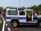 Krijumčar migranata vozilom nasrnuo na policiju, policajac zapucao