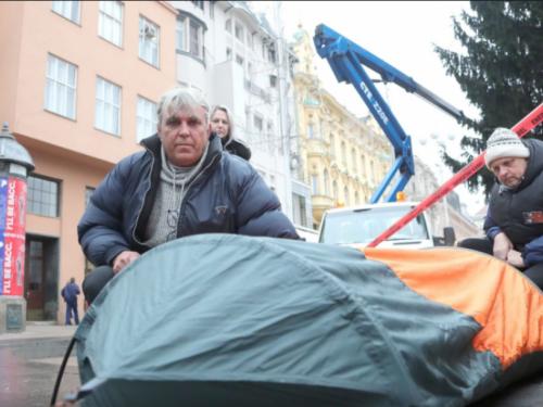 Očajni otac više od 120 noći na Jelačićevu trgu i dalje traži pravdu za svoju kćer