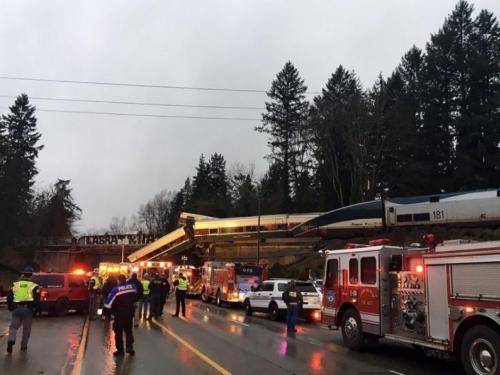 Tragedija u SAD-u: Vlak izletio s tračnica na mostu iznad autoceste
