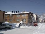 Vatrogasci u akciji čišćenja snijega s krovova