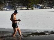 Hrabri Kuprešak se okupao u zaleđenom Kukavičjem jezeru
