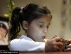 Znanstvenici savjetuju: Nemojte davati djeci mobitel umjesto igračke