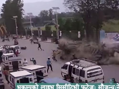 Nova snimka iz Nepala, zgrada se srušila na vozača traktora