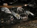 Na parkingu zapaljena tri automobila
