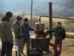 FOTO: Sezona je pečenja rakije na Orašcu – ''Veseli stroj'' radi punom parom