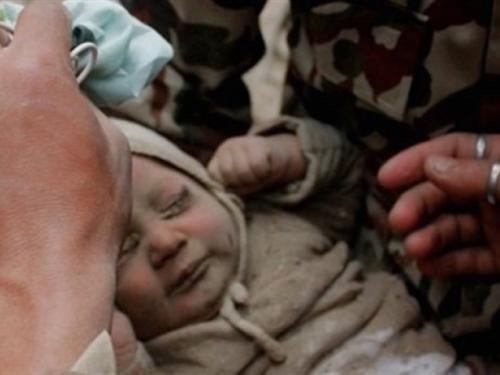 Dječak star četiri mjeseca preživio pod ruševinama kuće uništene u potresu