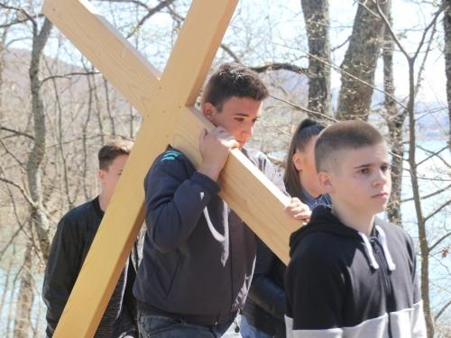 FOTO/VIDEO: Nadbiskupijski križni put mladih na Šćitu