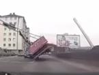 Pogledajte kako je neoprezni vozač kamiona u BiH srušio semafor