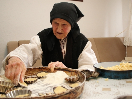 Baka Marta i u 91. godini života pravi najukusnije šape