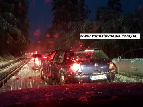 Prvi snijeg i odmah problemi - otežan promet na prometnici Kupres - Bugojno
