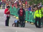VIDEO: Puzeći na rukama i nogama prošla kroz cilj