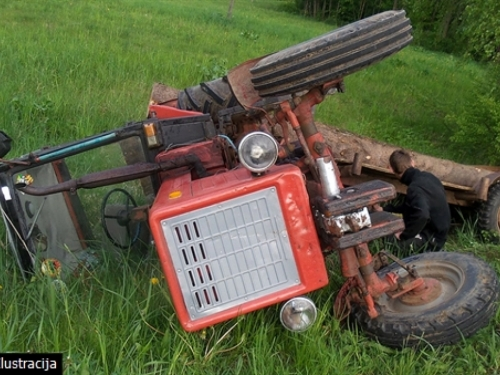 U prevrtanju traktora poginuli otac i sin