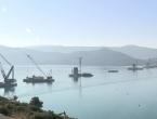 Rastu stupovi Pelješkog mosta, Kinezi čiste i Komarnu