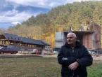 Obnavlja crkvu u svome dvorištu a pomaže u izgradnji u Tomislavgradu i Bugojnu