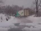 Kamiondžija u Bosni na prometnici poput djeteta uživa u snijegu