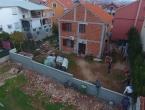 Zazidao susjede: Ne pušta ih iz dvorišta, moraju preskakati zid