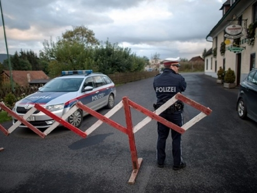 Austrijanac tražio krunicu u automobilu pa pregazio prometnog policajca
