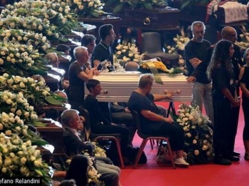 Javni sprovod 18 žrtava u Italiji, dio obitelji ga bojkotira