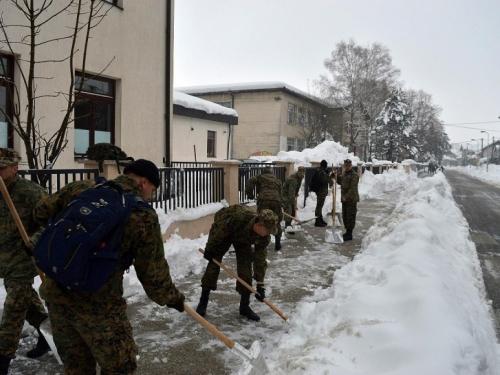 Oružane snage BiH angažirane na čišćenju snijega