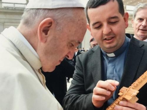 Uzdolski križ u rukama pape Franje