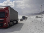 Snježna vijavica uzrokovala kilometarski zastoj kamiona na Kupreškom polju