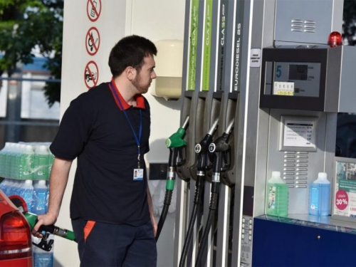 Uvijek treba dotaknuti automobil prije točenja benzina