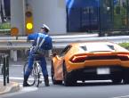 Policajac na biciklu lovi prekršitelja u Lamborghiniju