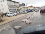 U Tomislavgradu vreće razasute po cesti