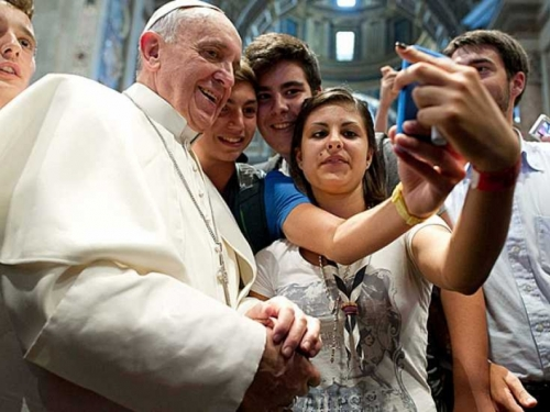 Papa Franjo kritizirao vjernike i svećenike: Misa nije za mobitele nego za molitvu!