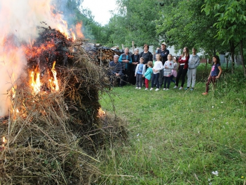 FOTO: Paljenjem svitnjaka Rama dočekuje sv. Ivu