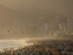 Tisuće ljudi na plaži u Rio de Janeiru traži spas od vrućine