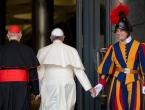 Našavši se između pravila i Pape, gardist je izabrao stolicu!