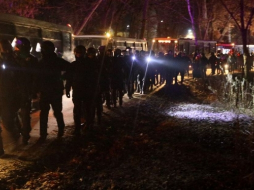 Bijesna rulja dočekala autobus evakuiranih iz Wuhana barikadama i metalnim šipkama