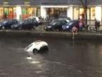 U zadnji tren: Izvukli majku i dijete iz potopljenog automobila