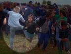 Kakav kreten moraš biti! Snimateljica lokalne televizije udarala izbjeglice