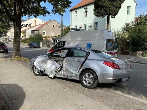 Mostar: Vozilo Hitne se nakon sudara zabilo u drvo