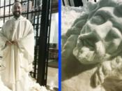 Svećenik izgradio nevjerojatno raspelo nakon snježne oluje u Madridu