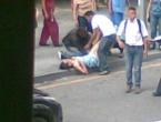 Prolaznici mladu djevojku porodili nasred ulice
