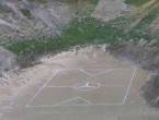 Na dnu Modrog jezera nacrtan teren sa znakom Mercedesa na centru