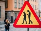 Uvode se kazne za pješake koji gledaju u mobitel