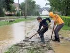Poplave u BiH: Nestao mladić, voda nosila aute!