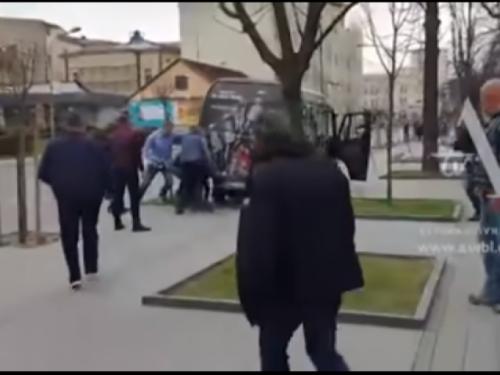Kombi pregazio staricu, prolaznici ga podigli da je izvuku