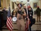 Poznato je tko je tip s rogovima koji je sinoć upao u Kongres