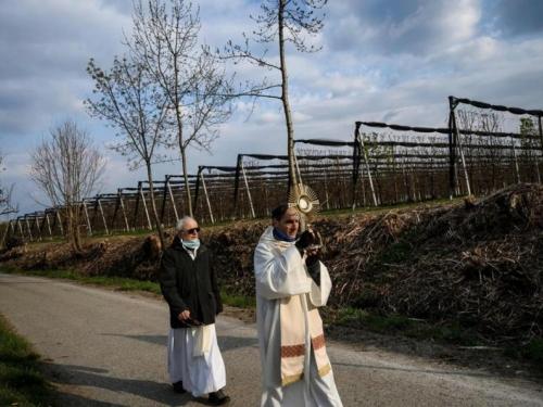 Italija: Hercegovački svećenik blagoslivlja kuće i ljude u žiži pandemije
