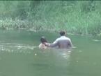 Skinuo suprugu i golu je proveo selom