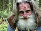 Napustio civilizaciju, živi u drvetu i hoda bos