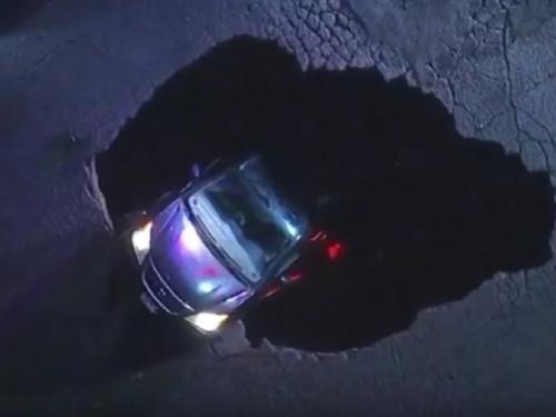 Oluja kod Los Angelesa otvorila veliku rupu na cesti, automobili padali unutra