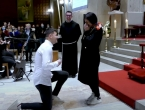 VIDEO: Prosidba pred punom crkvom, budućem mladoženji pomogao fratar