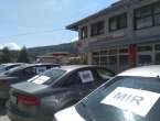 Na automobilima u Uskoplju osvanuli plakati s porukama mira i suživota!