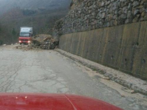 Odron na putu Jablanica - Posušje usporio promet